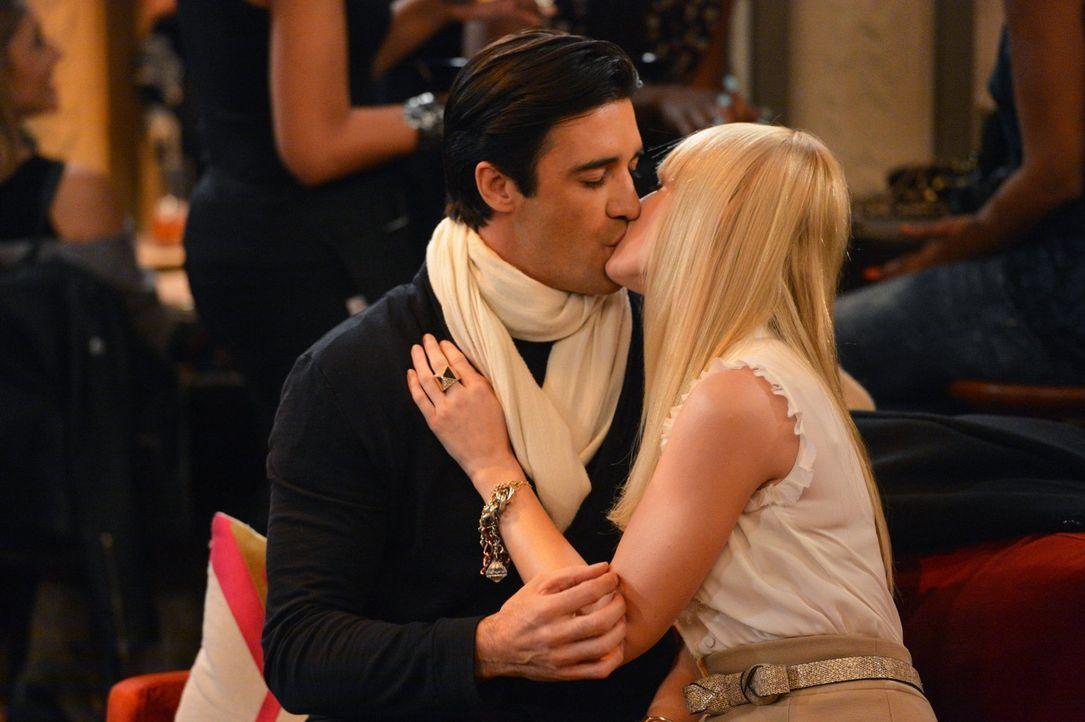 Als Caroline (Beth Behrs, r.) erfährt, welches Geheimnis Nicolas (Gilles Marini, l.) mit sich herumträgt, wünscht sie sich, niemals mit ihm rumgemac... - Bildquelle: Warner Brothers Entertainment Inc.