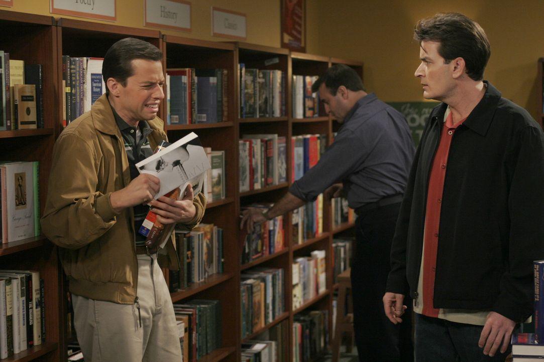 Alan (Jon Cryer, l.) befindet sich in einer tiefen Lebenskrise, weil sein Sohn langsam flügge wird. Als Charlie (Charlie Sheen, r.) ihn ablenken wil... - Bildquelle: Warner Brothers Entertainment Inc.