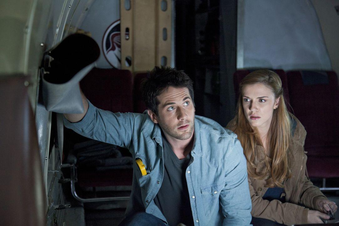 Als ein Frachtflugzeug in die Anomalie verschwindet, machen sich Evan (Niall Matter, l.) und Dylan (Sara Canning, r.) zu einer Such- und Rettungsmis... - Bildquelle: Bettina Strauss