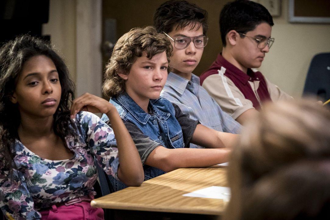 Obwohl sein Bruder beinahe gestorben wäre, scheinen Georgie (Montana Jordan, 2.v.l.) und seine Klassenkameraden es lustig zu finden, dass er fast an... - Bildquelle: Warner Bros.