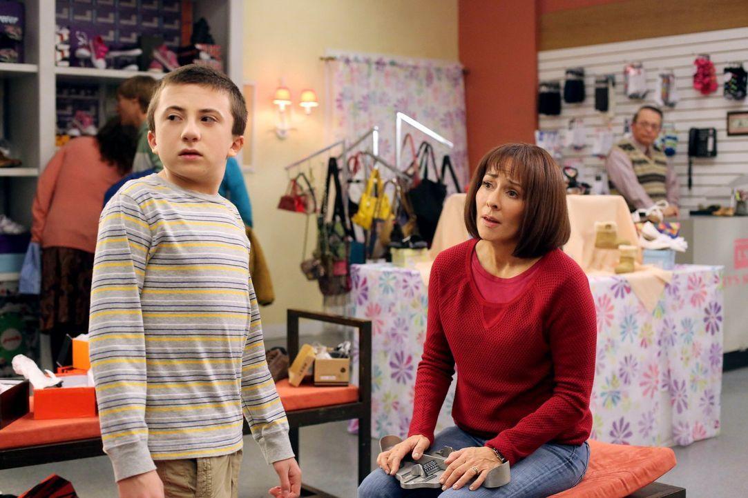 Frankie (Patricia Heaton, r.) und Mike geben jedem ihrer Kinder die Möglichkeit, sie für einen Tag ganz für sich allein zu haben. Mit Axl müssen sie... - Bildquelle: Warner Brothers