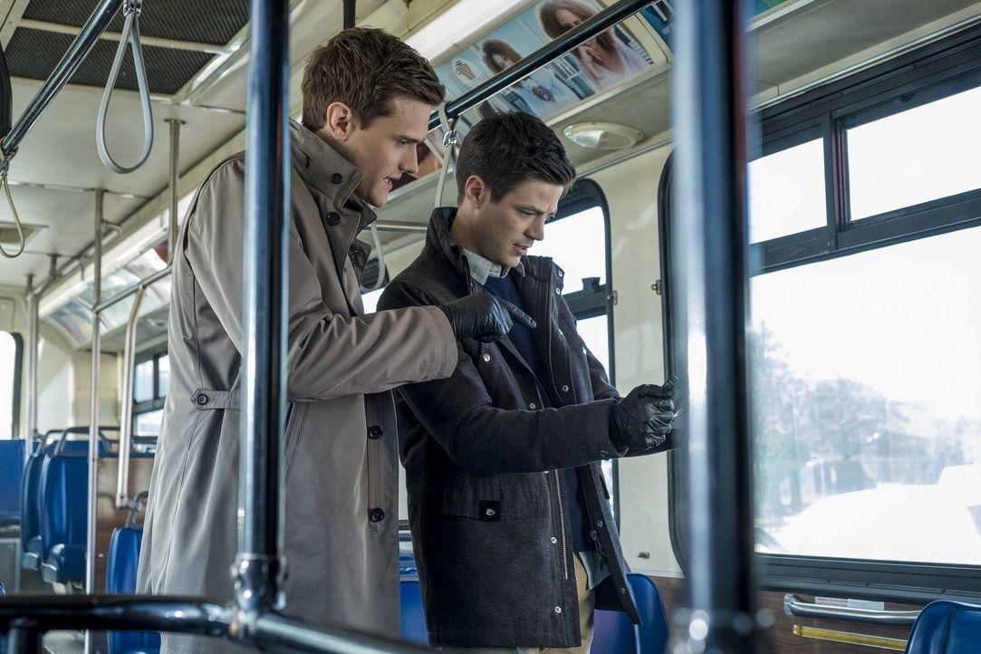 Barry (Grant Gustin, r.), Ralph (Hartley Sawyer, l.) und das ganze Team Flash geraten in Lebensgefahr, als DeVoe zum nächsten Schlag ansetzt ... - Bildquelle: 2017 Warner Bros.
