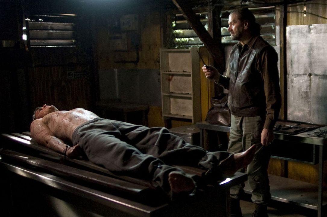 Ist Wyburd (Clive Russell, r.) ein Toter, der seine wichtigen Nachrichten auf dem Körper von Simon (Jonas Armstrong, l.) hinterlässt? - Bildquelle: Sunfilm