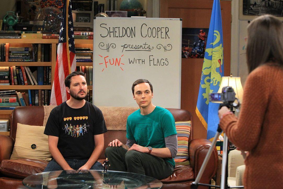 """Für seine neueste Ausgabe von """"Spaß mit Flaggen"""" bekommt Sheldon (Jim Parsons, M.) Unterstützung von seinem Freund Will Wheaton (Will Wheaton, l.).... - Bildquelle: Warner Bros. Television"""