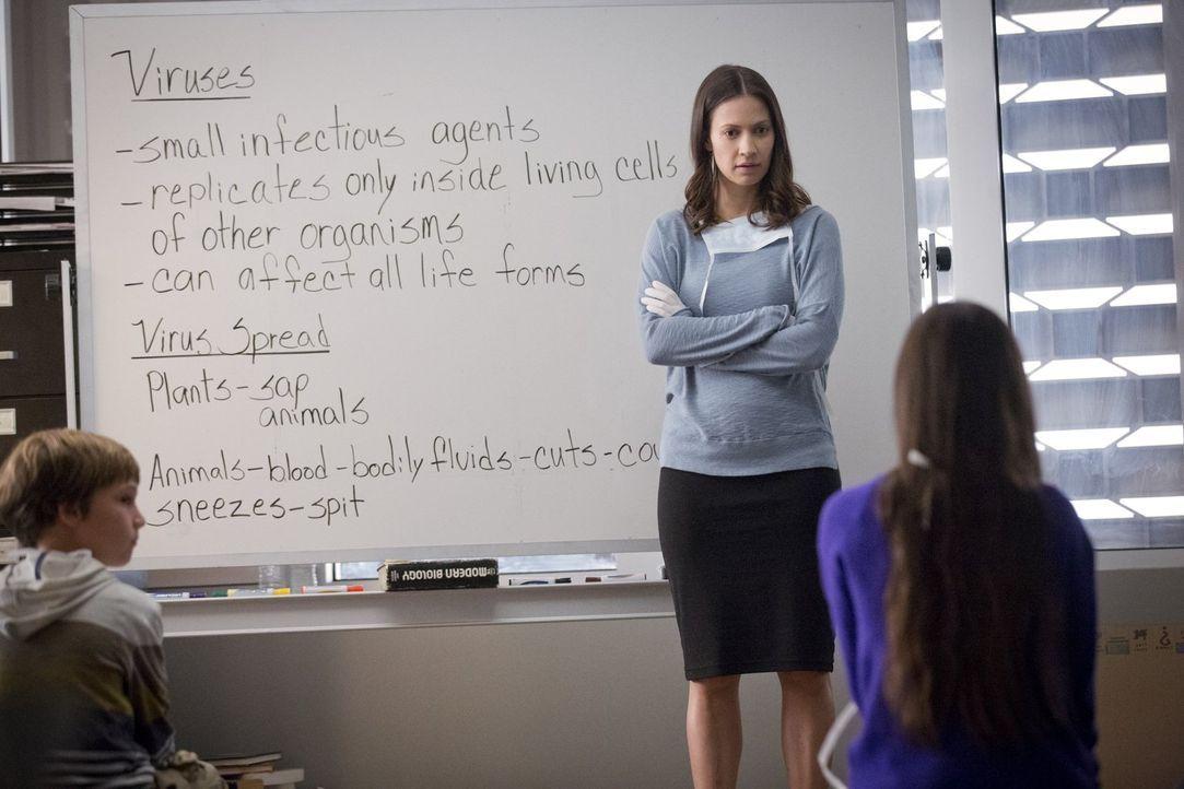 Nachdem Katie (Kristen Gutoskie, M.) eine Entdeckung bezüglich Patient 0 macht, bittet sie Jake gegen Dr. Cannerts zu ermitteln ... - Bildquelle: Warner Brothers