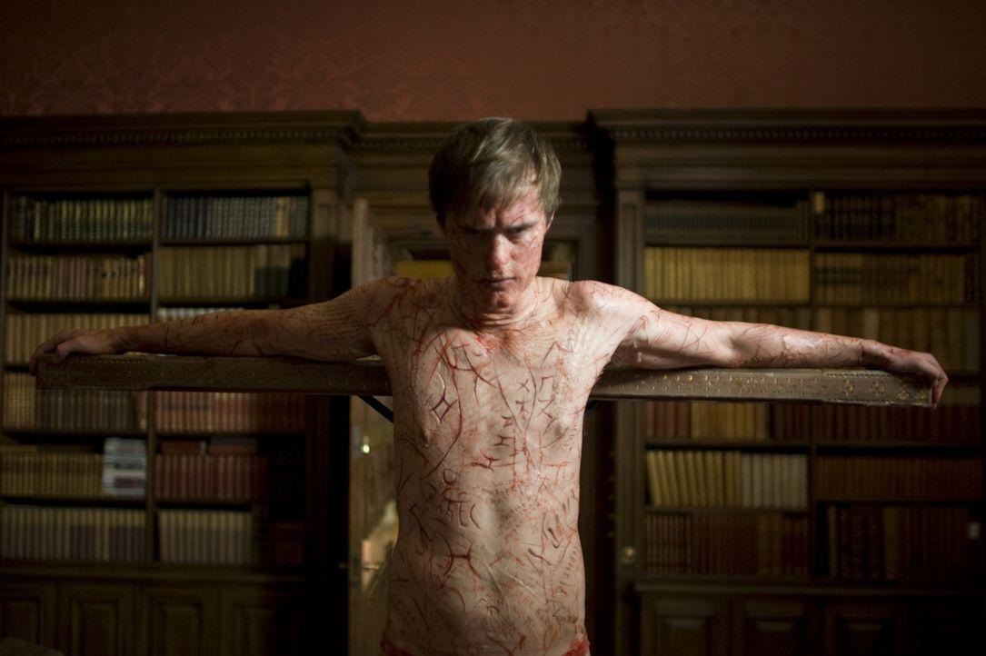 Niemand ahnt, dass Simon McNeal (Jonas Armstrong) keine medialen Fähigkeiten besitzt, sondern die Effekte selbst herstellt. Doch die wirklichen Geis... - Bildquelle: Sunfilm