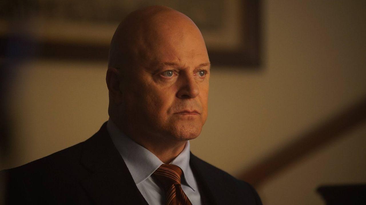 Captain Barnes (Michael Chiklis, r.) ist mit dem Virus aus Alice Blut infiziert und wird immer mehr davon kontrolliert ... - Bildquelle: Warner Brothers