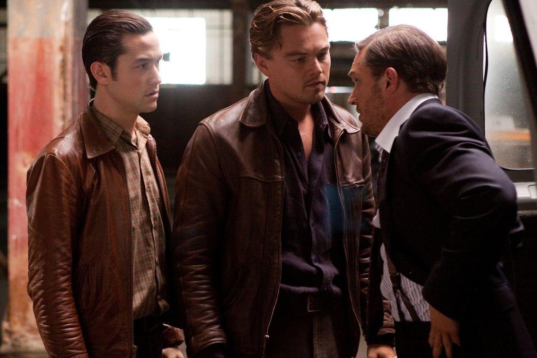 Arthur (Joseph Gordon-Levitt, l.), Cobb (Leonardo DiCaprio, M.) und Eames (Tom Hardy, r.) müssen mehrere Träume im Traum erstellen, um tief ins Unte... - Bildquelle: 2010 Warner Bros.