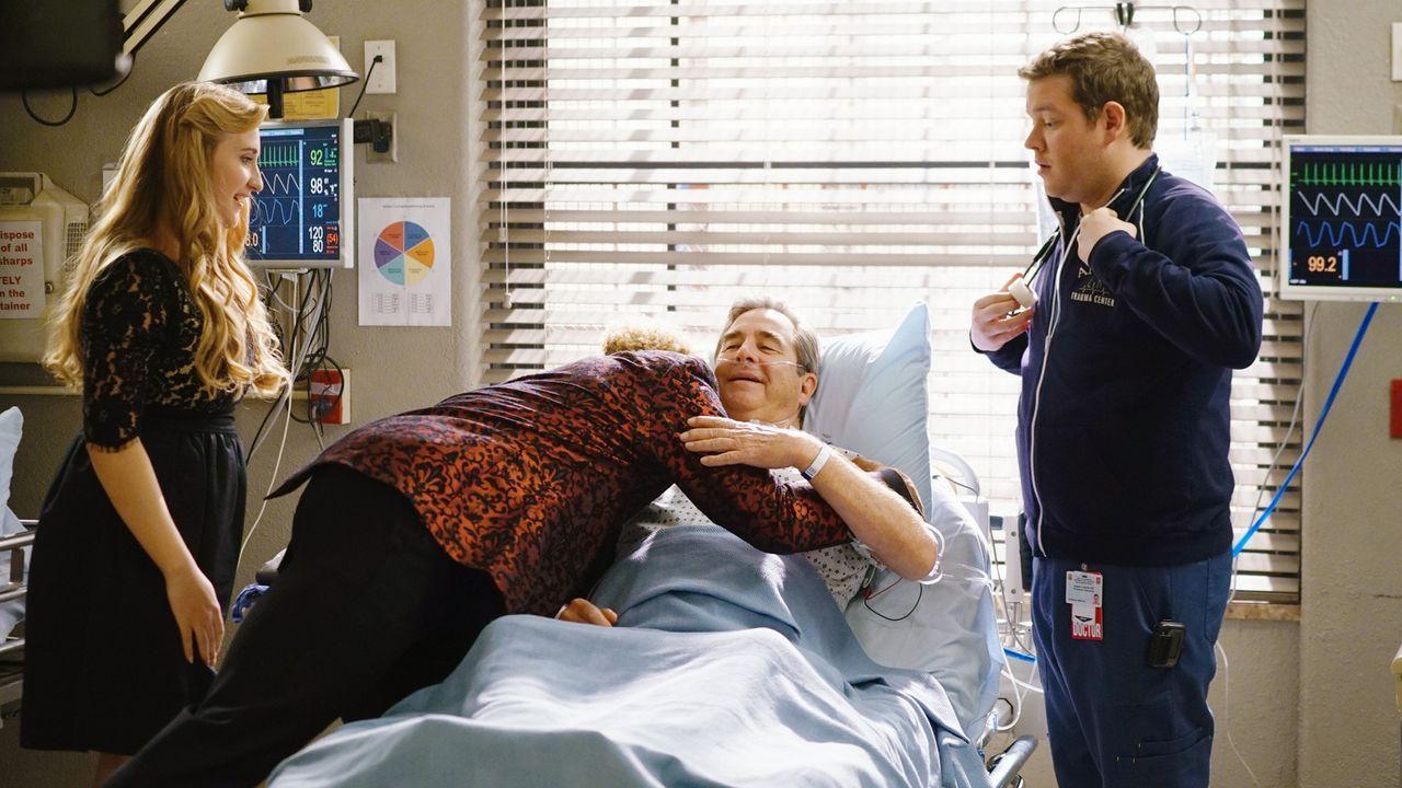Während der bekannte Footballspieler Odell Beckham Jr. (Odell Beckham Jr., 2.v.l.) im Auftrag von Mia (Emily Bridges, l.) im Krankenhaus erscheint,... - Bildquelle: 2016 ABC Studios. All rights reserved.
