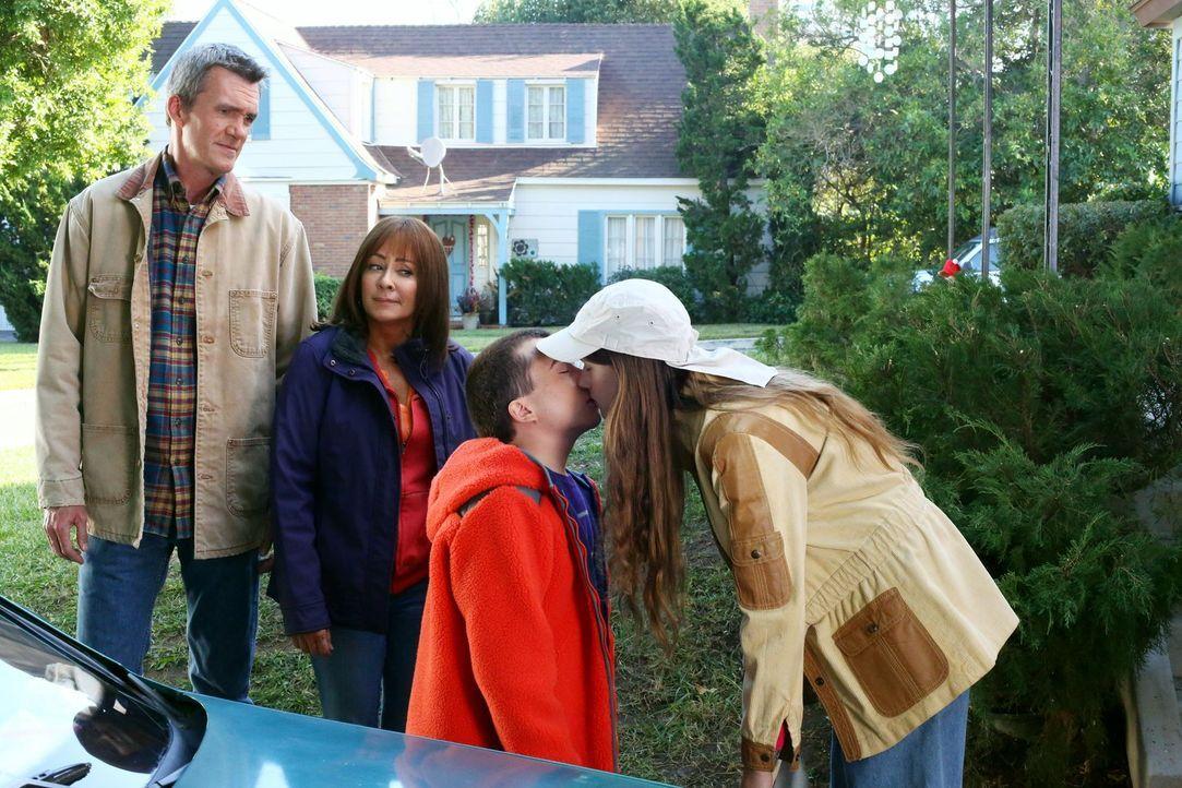 (v.l.n.r.) Mike (Neil Flynn); Frankie (Patricia Heaton); Brick (Atticus Shaffer); Cindy (Casey Burke) - Bildquelle: Warner Brothers