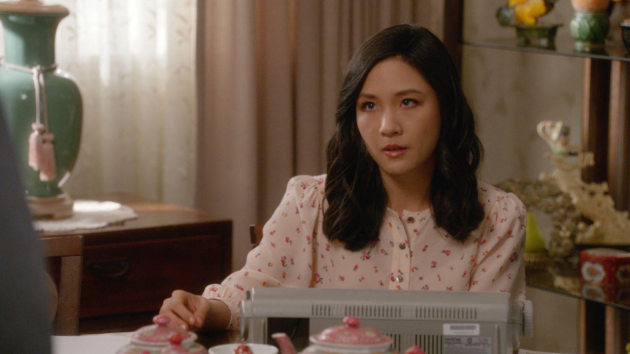 Während Jessica (Constance Wu) eine Chance wittert, um ihr neues Buch bei einem Agenten plazieren zu können, kaufen sich Eddie und seine Freunde ein... - Bildquelle: 2017-2018 American Broadcasting Companies. All rights reserved.