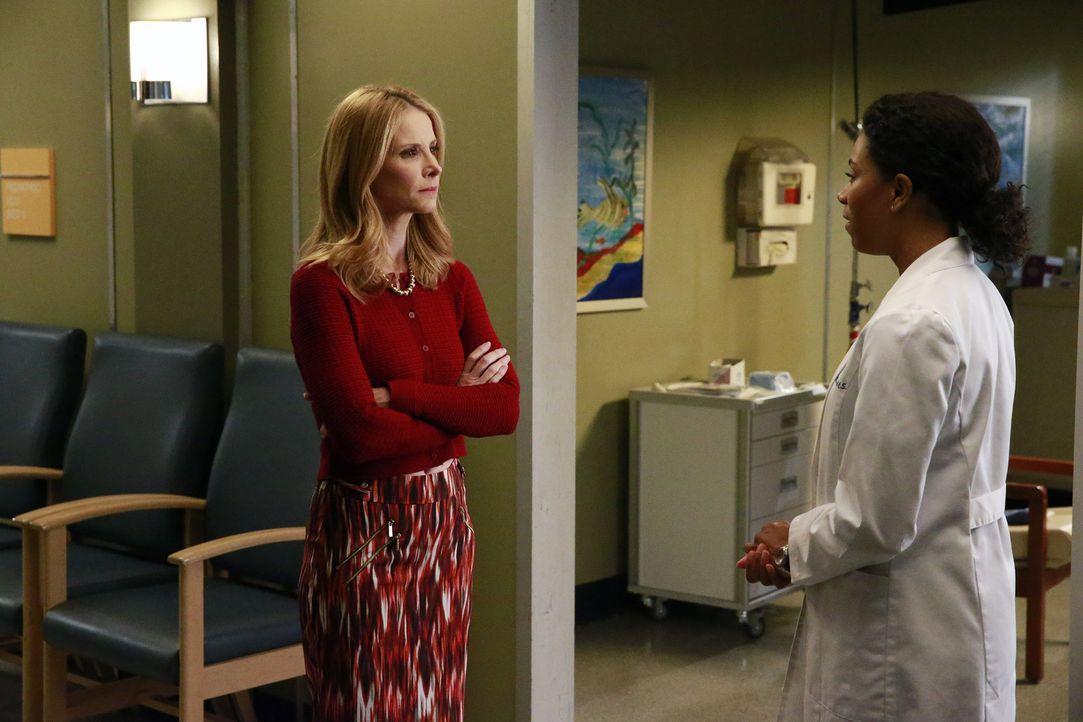 Nach alldem was geschehen ist, muss sich Maggie (Kelly McCreary, r.) bei Jessicas Mutter (Jenny Cooper, l.) entschuldigen - doch diese droht, das Kr... - Bildquelle: Mitchell Haaseth ABC Studios