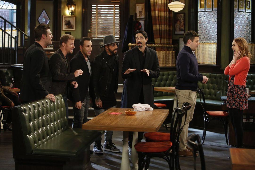 Mit Hilfe der Backstreet Boys macht Justin (Brent Morin, 2.v.r.) Candace (Bridgit Mendler, r.) einen Heiratsantrag! Doch was wird sie dazu sagen? - Bildquelle: Warner Brothers