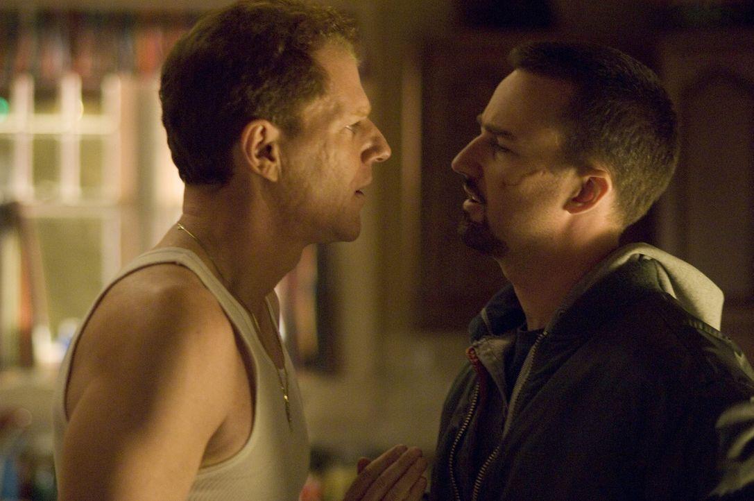 Als Ray Tierney (Edward Norton, r.) Francis (Noah Emmerich, l.) mit dem Namen eines Tatverdächtigen konfrontiert, belügt ihn sein Bruder zunächst... - Bildquelle: 2008   Warner Brothers