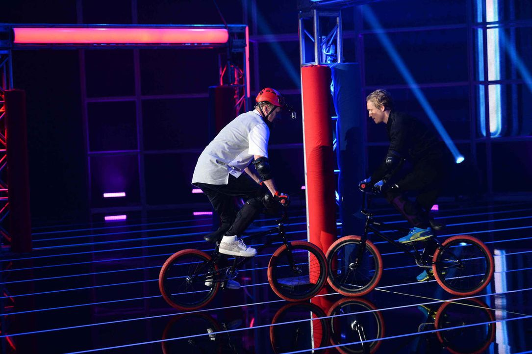 Für ihre Fans wagen sich Smudo (l.) und Matthias Schweighöfer (r.) sogar auf ein BMX-Rad. Wer kann sich darauf besser halten? - Bildquelle: Willi Weber ProSieben