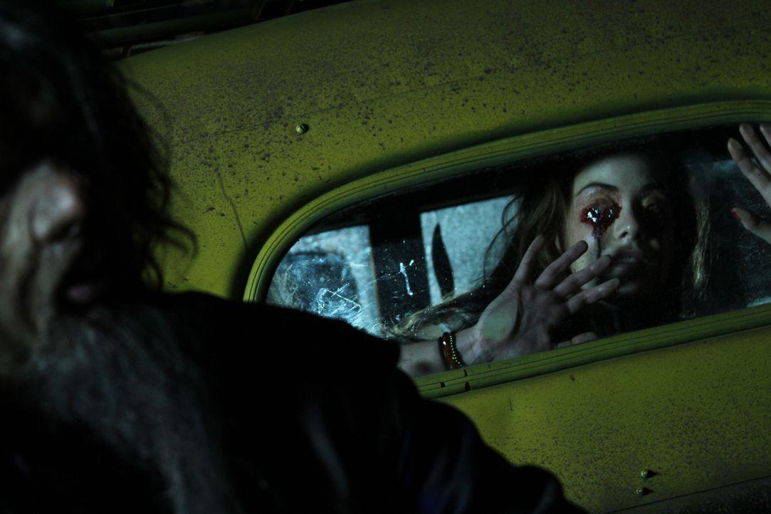Erst viel zu spät erkennt Lita (Roxanne McKee, r.), dass man niemals bei Fremden (George Karlukovski, l.) ins Auto steigen sollte ... - Bildquelle: Constantin Film Verleih GmbH
