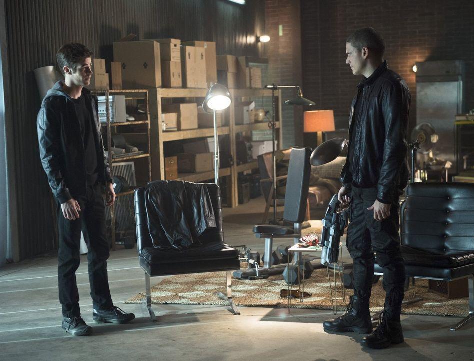 Als Barry (Grant Gustin, l.) erkennt, dass Leonard Snart alias Captain Cold (Wentworth Miller, r.) in Schwierigkeiten ist, bietet er ihm sogar seine... - Bildquelle: 2015 Warner Brothers.