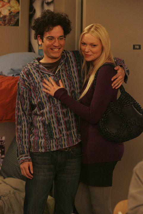 Robin erfährt von Teds (Josh Radnor, l.) Exfreundin Karen (Laura Prepon, r.) von ihrem schlechten Einfluss auf ihn ... - Bildquelle: 20th Century Fox International Television