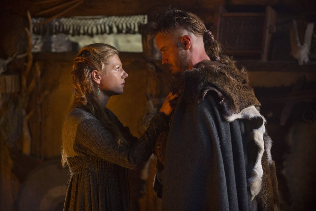 Als sich Lagertha (Katheryn Winnick, l.) und Ragnar (Travis Fimmel, r.) von einander verabschieden, wissen sie nicht, ob oder wann sie sich wiederse... - Bildquelle: 2013 TM TELEVISION PRODUCTIONS LIMITED/T5 VIKINGS PRODUCTIONS INC. ALL RIGHTS RESERVED.