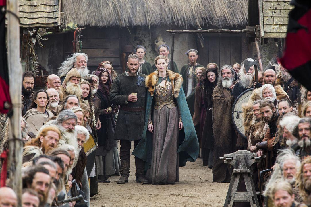 Ragnar (Travis Fimmel, M.l.) und Aslaug (Alyssa Sutherland, M.r.) heißen König Horiks Familie in Kattegat willkommen ... - Bildquelle: 2014 TM TELEVISION PRODUCTIONS LIMITED/T5 VIKINGS PRODUCTIONS INC. ALL RIGHTS RESERVED.