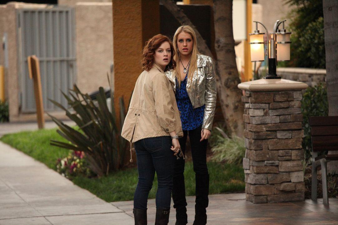 Hund Yakult wird vermisst und Tessa (Jane Levy, l.) und Dalia (Carly Chaikin, r.) gehen auf die Suche nach dem, während Noah und Jill eine überras... - Bildquelle: Warner Brothers