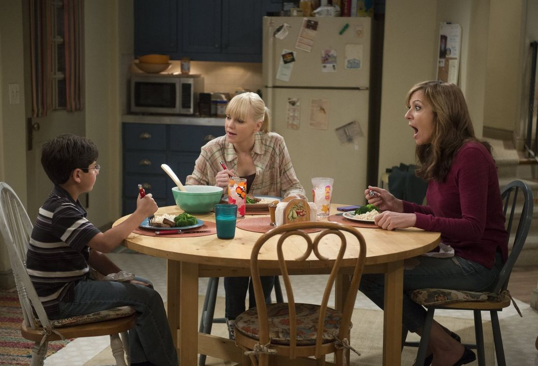 Beim gemeinsamen Abendessen mit Roscoe (Blake Garrett, l.) ahnt Christy (Anna Faris, M.) noch nicht, welches Geheimnis ihr ihre Mutter Bonnie (Allis... - Bildquelle: Warner Bros. Television