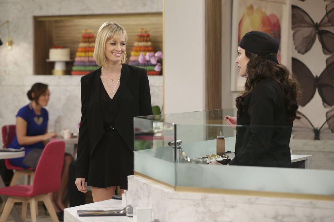 """Die Arbeit im """"The High"""" stellt Max (Kat Dennings, r.) und Caroline (Beth Behrs, l.) immer wieder vor ungeahnte Herausforderungen ... - Bildquelle: Warner Bros. Television"""