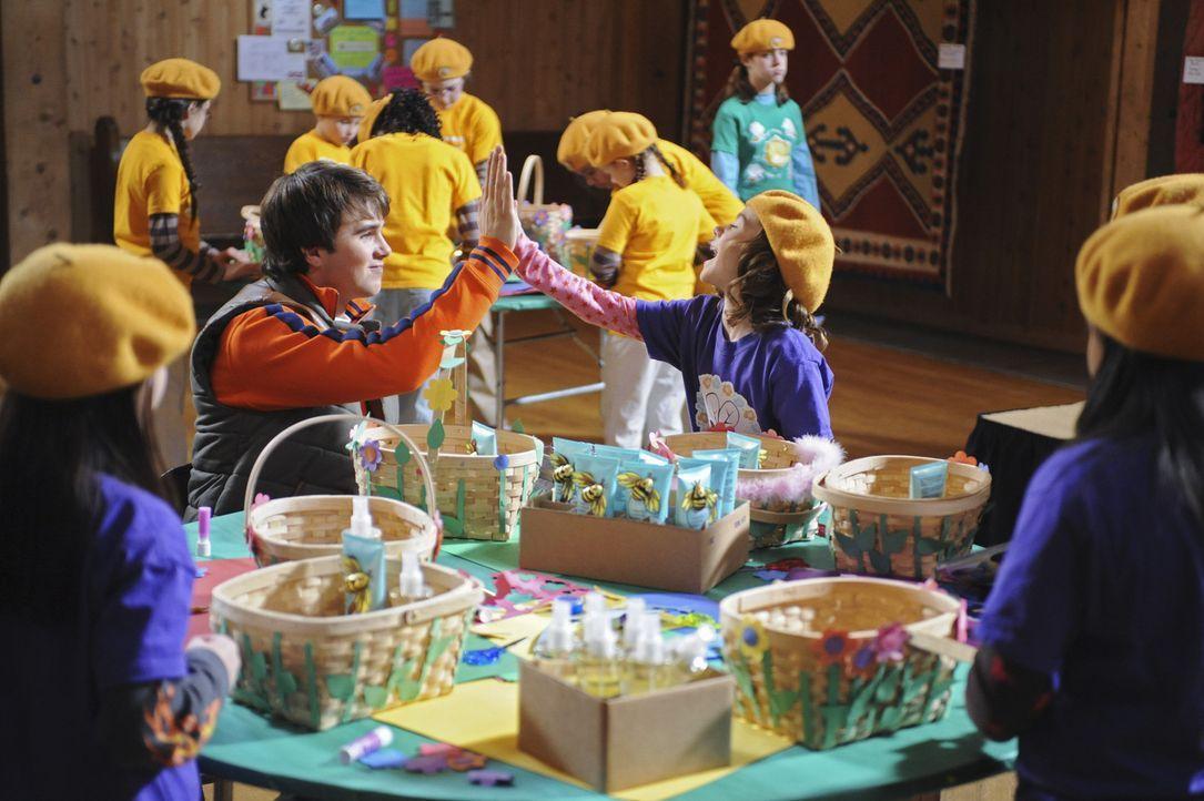 Die kleine Emily (Genevieve Hannelius, r.) ist überglücklich, dass ihr Bruder Alex (Hutch Dano, l.) ihr und den anderen Bienchen hilft, ins Sommer... - Bildquelle: Disney