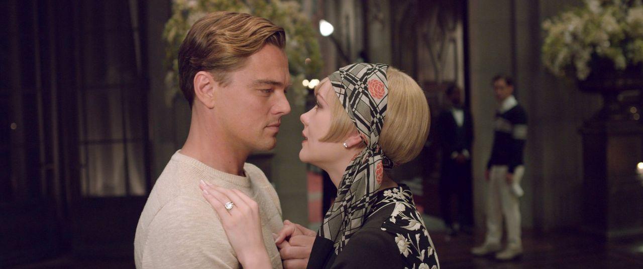 Gatsby (Leonardo DiCaprio, l.) und Daisy (Carey Mulligan, r.) verbindet eine Jugendliebe, die für Gatsby zur Besessenheit wird ... - Bildquelle: 2012 Warner Brothers
