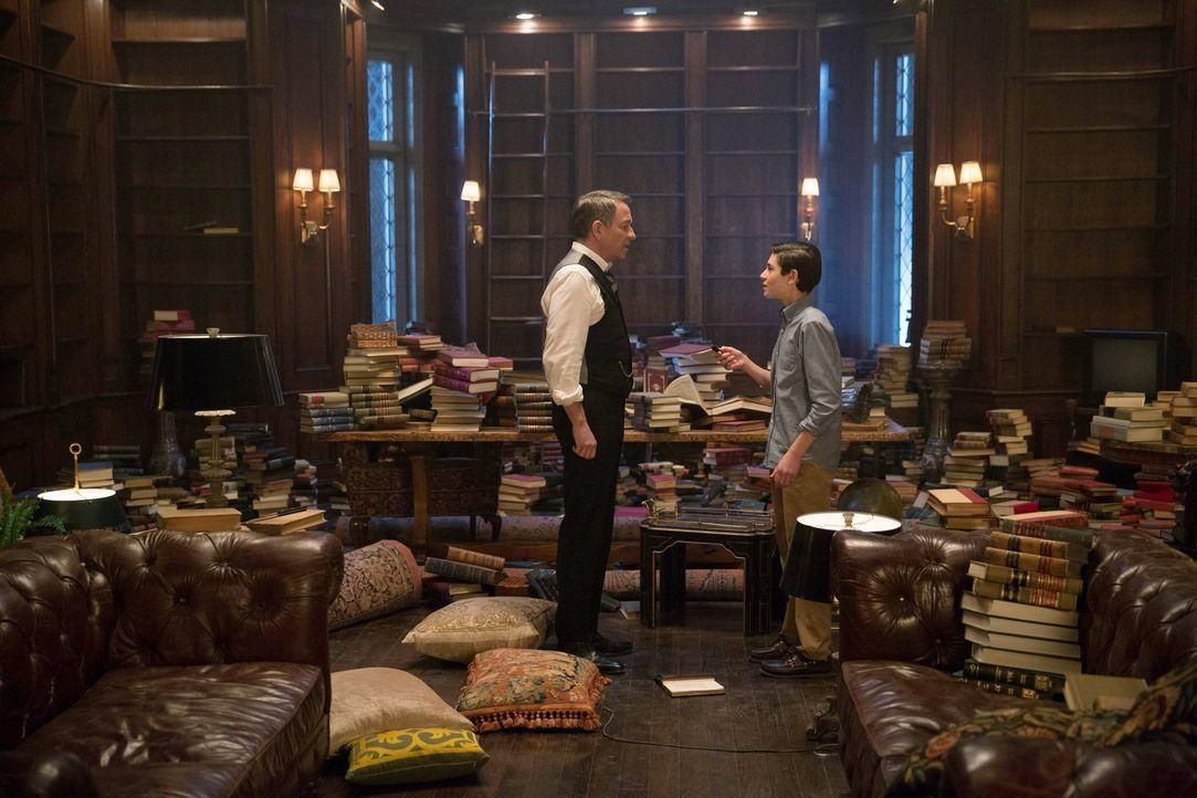 Bruce (David Mazouz, r.) stellt gemeinsam mit Alfred (Sean Pertwee, l.) Wayne Manor auf den Kopf, um Hinweise zu finden, die sein Vater ihm vielleic... - Bildquelle: Warner Bros. Entertainment, Inc.