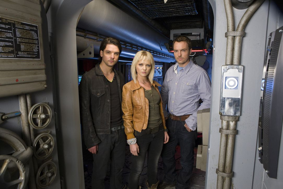 Nehmen erneut den Kampf gegen mörderische Kreaturen auf: Abby (Hannah Spearritt, M.), Connor (Andrew Lee Potts, l.) und Matt (Ciaran McMenamin, r.)... - Bildquelle: ITV Plc