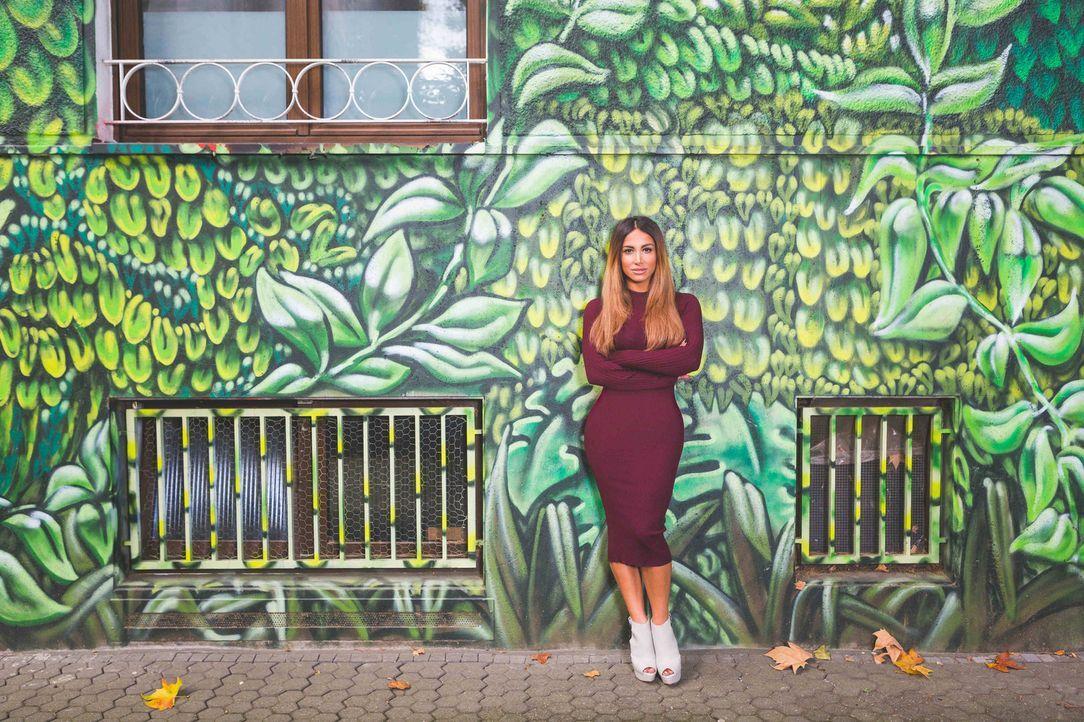 Alltäglicher Irrsinn, familiärer Wahnsinn und komödiantischer Feinsinn: Enissa Amani verbindet Stand-up-Elemente mit Sketch-Comedy-Stücken und erzäh... - Bildquelle: Parham Farajollahi ProSieben