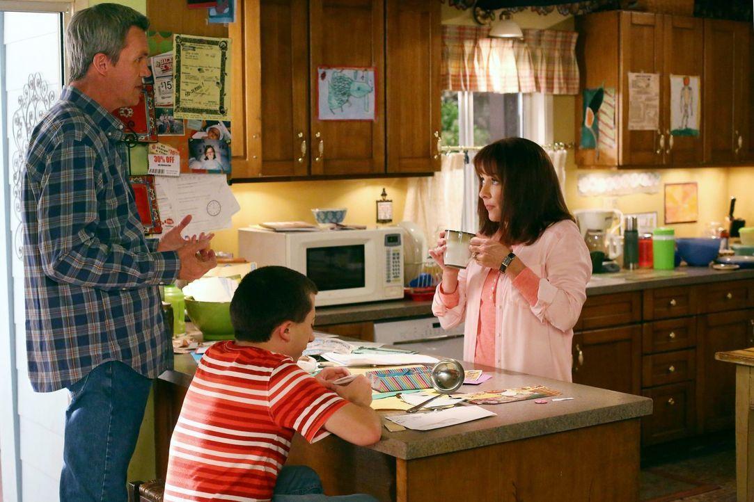 (v.l.n.r.) Mike (Neil Flynn); Brick (Atticus Shaffer) Frankie (Patricia Heaton) - Bildquelle: Warner Brothers