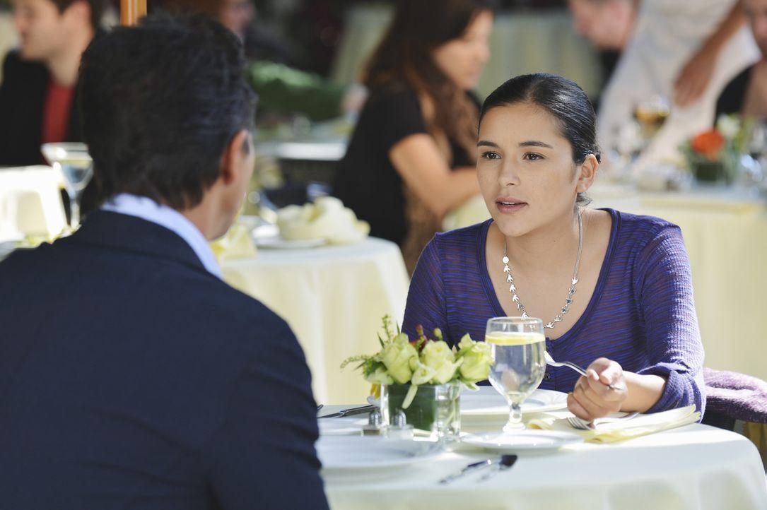 Jake (Benjamin Bratt, l.) ist alles andere als begeistert, als er erfährt, dass seine Tochter Angela (Emily Rios, r.) einen neuen Freund hat ... - Bildquelle: ABC Studios