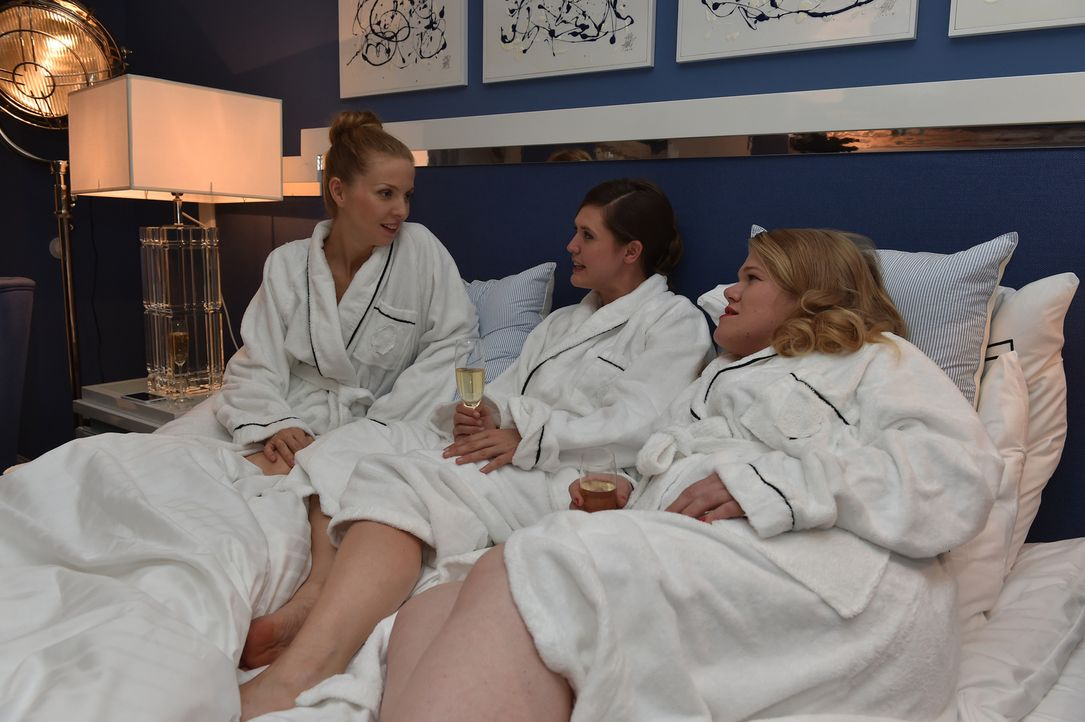 Emily (Emily Cox, M.) will alles über Muriels (Gisa Flake, r.) Sexleben mit Frauen erfahren, während Pheline (Pheline Roggan, l.) frühzeitig nach Ha... - Bildquelle: Andre Kowalski maxdome / ProSieben