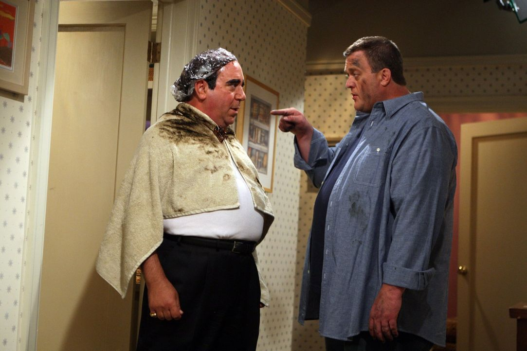 Mike (Billy Gardell, r.) steht vor einem schweren Gewissenskonflikt: Molly möchte Geld für die Hochzeit sparen. Doch Mike könnte zeitgleich auch Vin... - Bildquelle: Warner Brothers