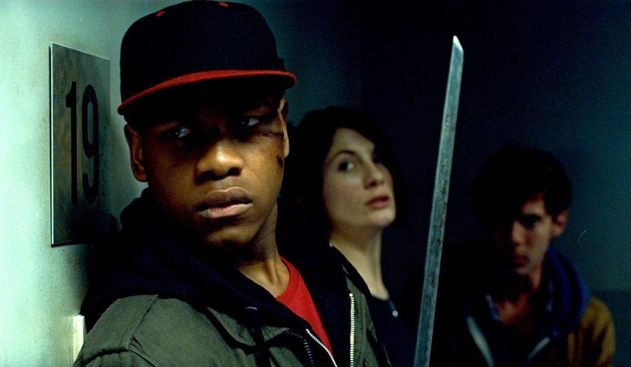 Als die erste Bestie in Sams (Jodie Whittaker, 2.v.l.) Wohnung drängt, kann Moses (John Boyega, l.) sie mit dem Samuraischwert töten. Jetzt ist kl... - Bildquelle: Wild Bunch Germany 2013