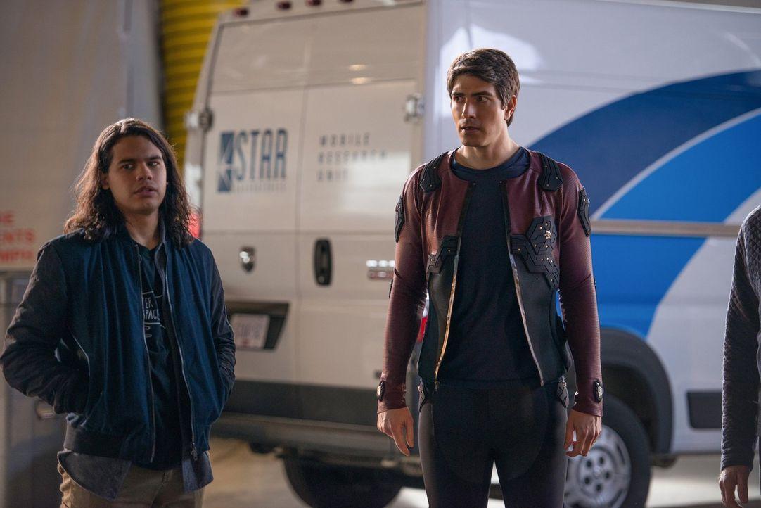 Noch ahnen Cisco (Carlos Valdes, l.) und Ray (Brandon Routh, r.) nicht, dass die Entführung eines Aliens weitreichende Folgen nach sich ziehen wird... - Bildquelle: Warner Brothers