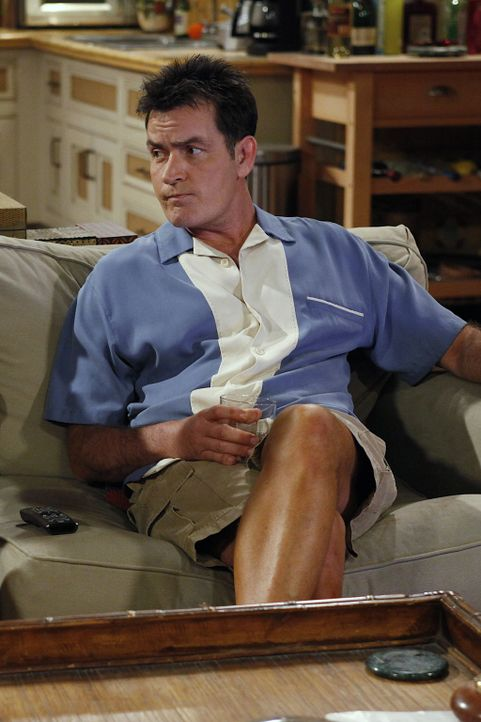 Kann sein Glück kaum fassen: Charlie (Charlie Sheen) ... - Bildquelle: Warner Bros. Television