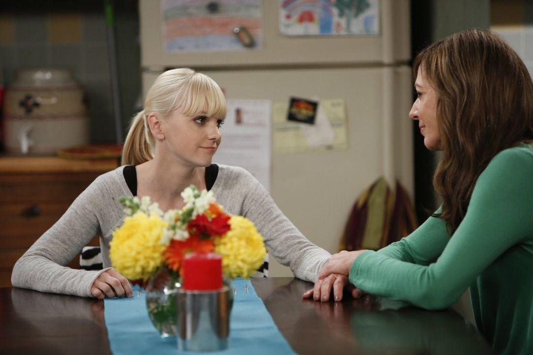 Bonnie (Allison Janney, r.) ist wie ausgewechselt: liebevoll, aufmerksam und fürsorglich. Das kann doch nicht mit rechten Dingen zugehen - denkt sic... - Bildquelle: Warner Brothers Entertainment Inc.