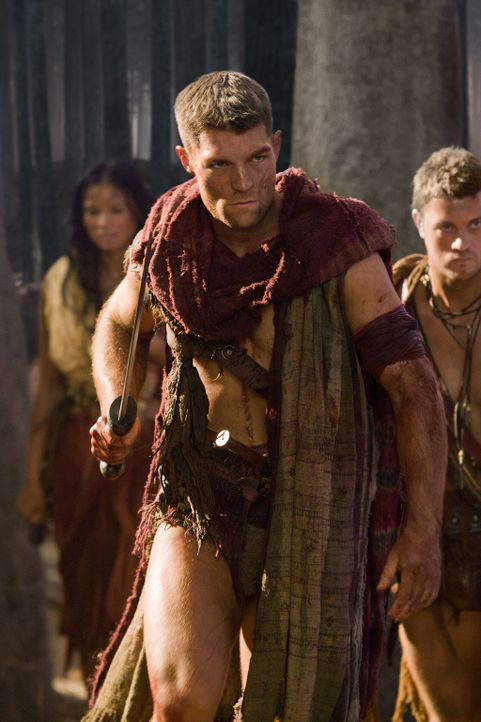 Spartacus (Liam McIntyre) schleicht sich mit Mira und mehreren Männer in die vollbesetzte Arena, als der Hinrichtungskampf von Crixus und Drago begi... - Bildquelle: 2011 Starz Entertainment, LLC. All rights reserved.