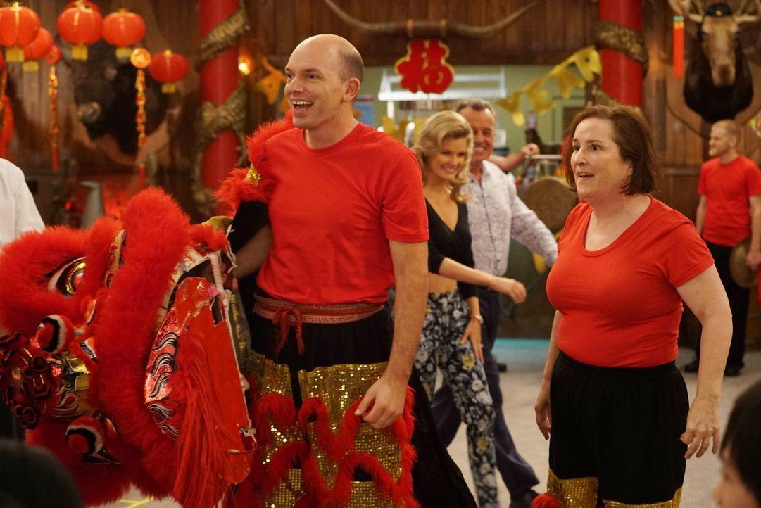 Mitch (Paul Scheer, l.) und Nancy (Jillian Armenante, r.) sind von den Feierlichkeiten zum Chinesischen Neujahr begeistert. Louis hat sich damit auc... - Bildquelle: 2015-2016 American Broadcasting Companies. All rights reserved.
