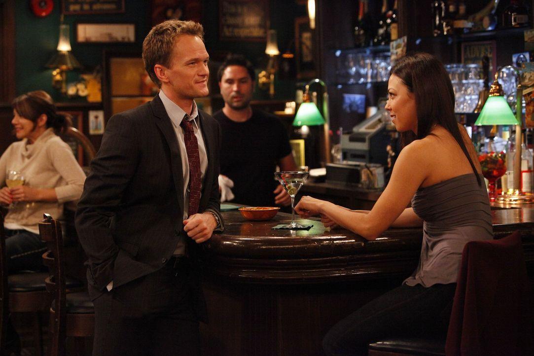 """Nach der Trennung von Robin, kramt Barney (Neil Patrick Harris, l.) sein """"Playbook"""" wieder hervor, das sämtliche Tricks beinhaltet, wie man Frauen... - Bildquelle: 20th Century Fox International Television"""