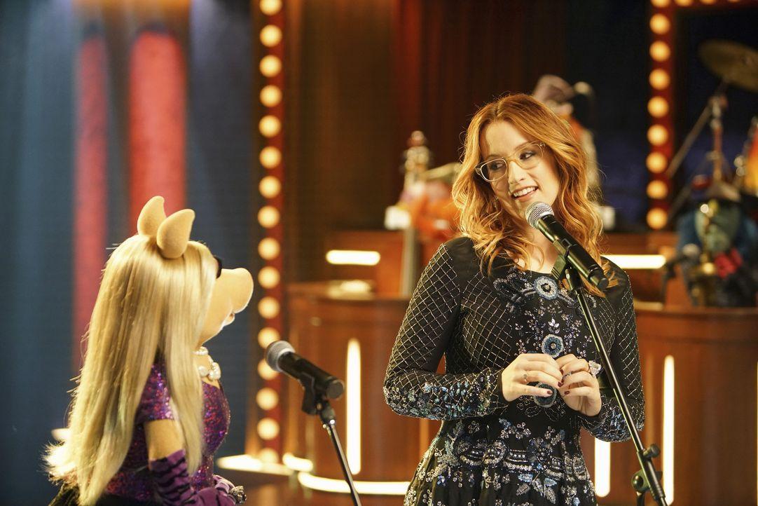 Zusammen auf der Bühne: Miss Piggy (l.) und Ingrid Michaelson (r.) - doch werden sie auch Freunde werden können? - Bildquelle: Andrea McCallin ABC Studios