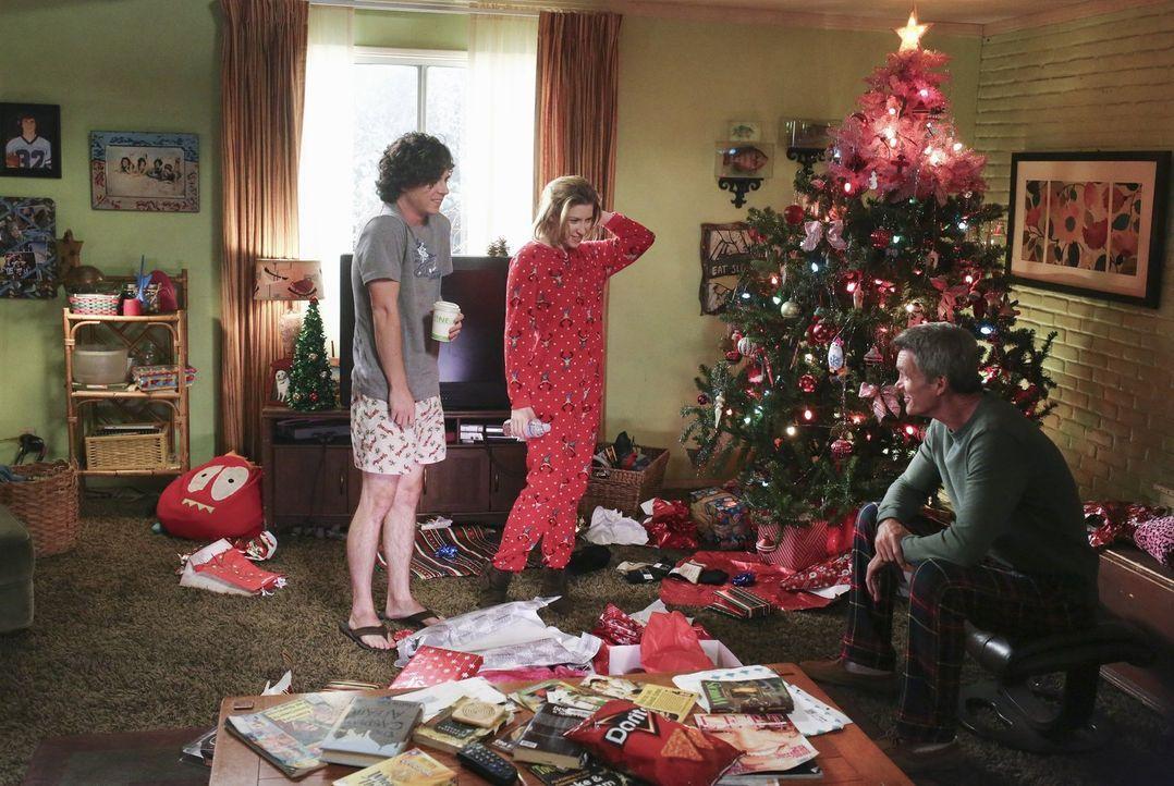 (v.l.n.r.) Axl (Charlie McDermott); Sue (Eden Sher); Mike (Neil Flynn) - Bildquelle: Warner Brothers