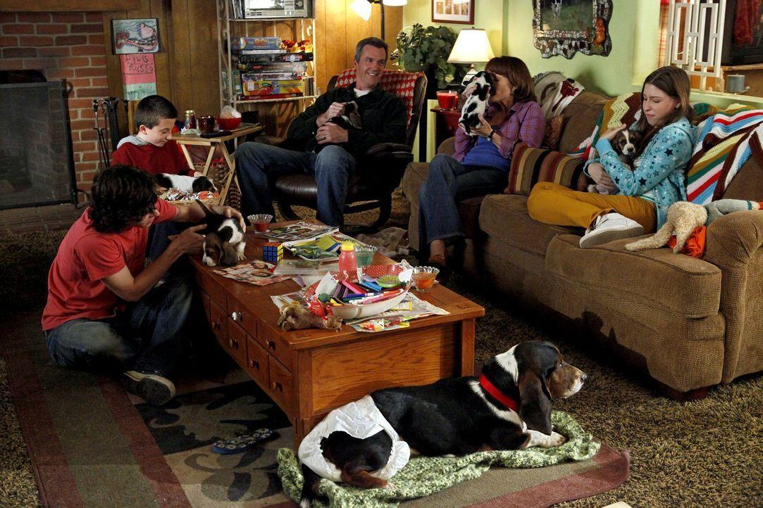 Eigentlich wollte sich Brick (Atticus Shaffer, 2.v.l.) nur um einen Hund kümmern, doch dann kommen für Axl (Charlie McDermott, l.), Mike (Neil Flynn... - Bildquelle: Warner Brothers