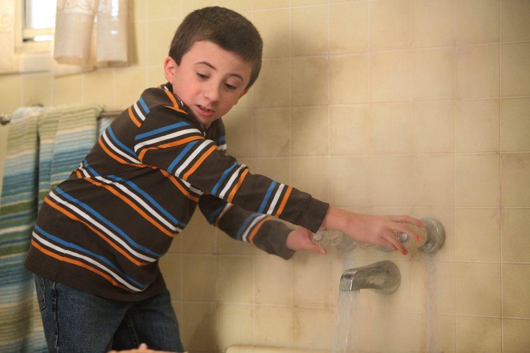 Brick (Atticus Shaffer) hat den ein oder anderen sonderbaren Tick, an die sich seine Familie schon längst gewöhnt hat, doch seine neue Lehrerin hat... - Bildquelle: Warner Brothers