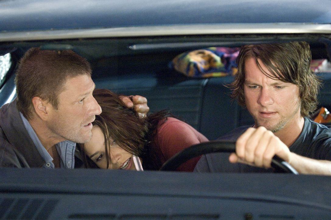 Kaum ist der Anhalter John Ryder (Sean Bean, r.) in das Auto von den Studenten Grace (Sophia Bush, M.) und Jim (Zachary Knighton, r.) eingestiegen,...