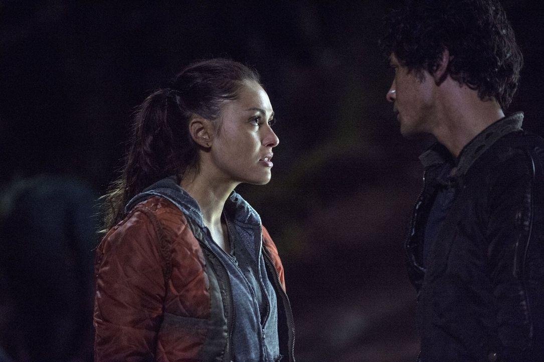 Während Raven (Lindsey Morgan, l.) die Suche nach Finn und Clarke noch nicht für beendet hält, will Bellamy (Bob Morley, r.) sie zwingen, im Camp zu... - Bildquelle: Warner Brothers