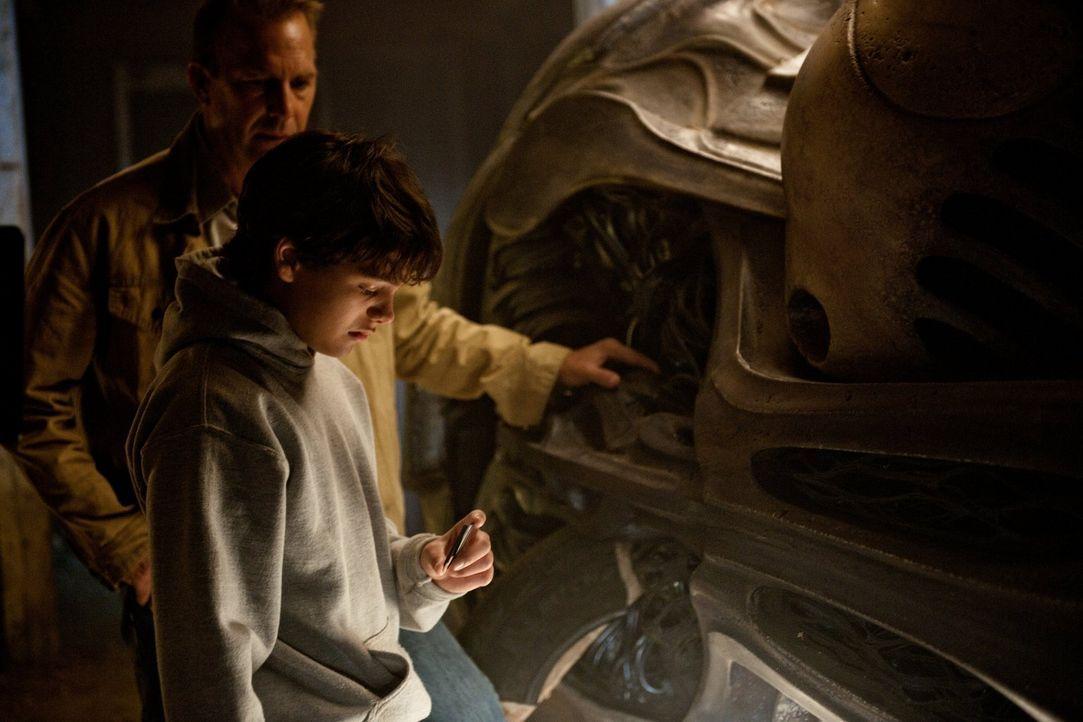 Das S-Symbol, das Superman auf der Brust trägt, hat eine ganz besondere Bedeutung: Gemeinsam mit seinem Adoptivvater Jonathan (Kevin Costner, hinten... - Bildquelle: 2013 Warner Brothers